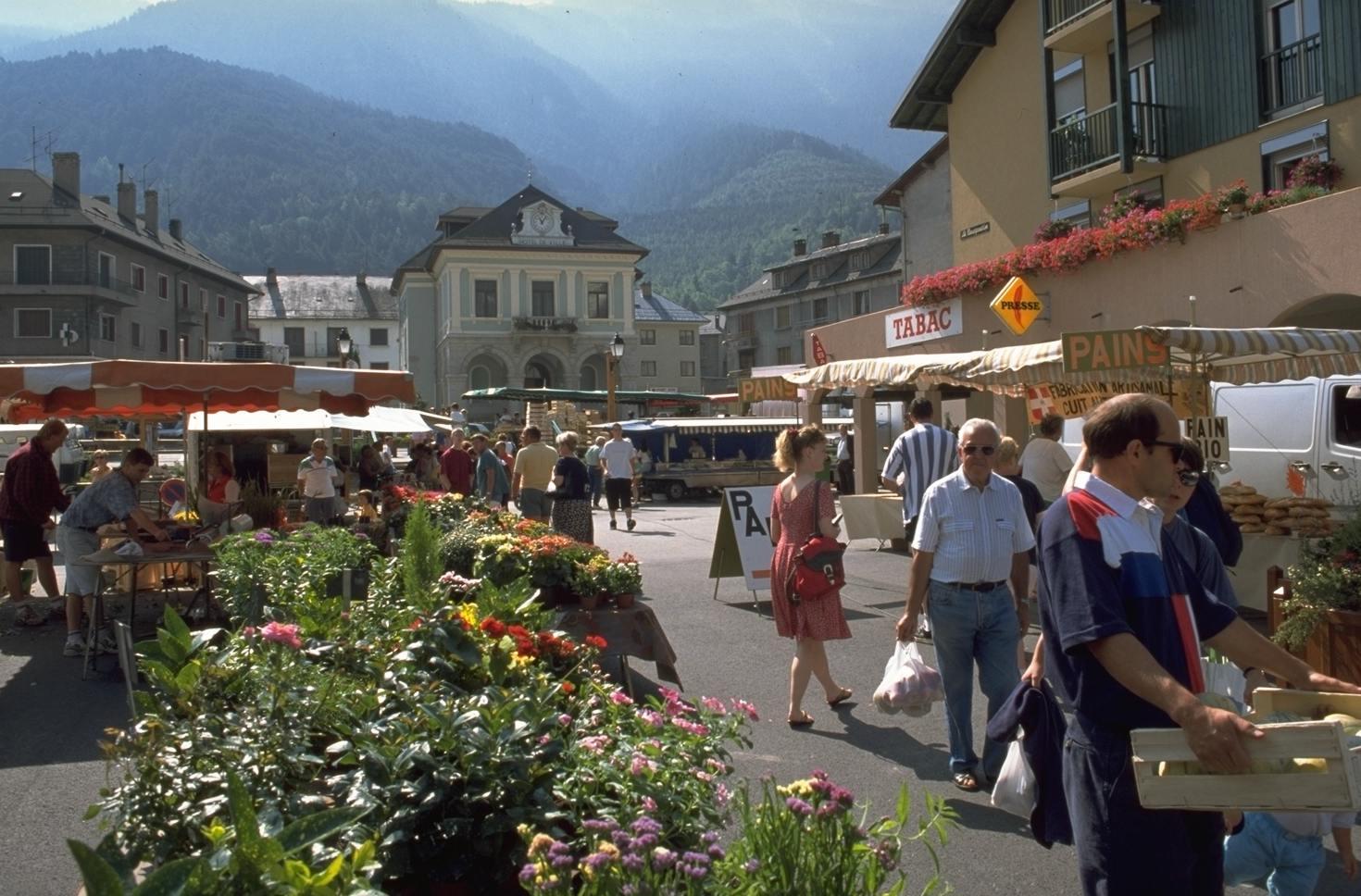 Le marché, place de la mairie © Modane